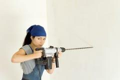 Kompetent kvinna med en sladdlös drillborr Royaltyfri Foto
