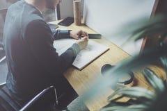 Kompetent märkes- caucasian manteckningsabstrakt begrepp skissar med pennan Process för konstarbete Idérik hobby Notera idéer i k Royaltyfri Fotografi