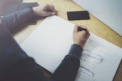 Kompetent märkes- caucasian manteckningsabstrakt begrepp skissar med pennan Process för konstarbete Idérik hobby Notera idéer i k Arkivbilder