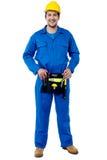 Kompetent manlig rörmokare med verktygslådan Arkivbilder