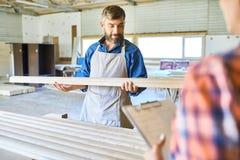 Kompetent snickare Choosing Wood Material Royaltyfri Bild