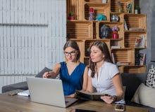 Kompetent teamwork för affärskvinna två samman med bärbar datordatoren som sitter i Co-arbete utrymme royaltyfri fotografi