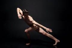Kompetent ung dansareutbildning i den svarta studion Arkivfoto