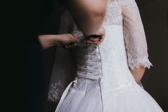 Kompisar brudtärna hjälper bruden som får klar för hennes gifta sig da Royaltyfri Fotografi