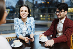 Kompisar i kafé Arkivbild
