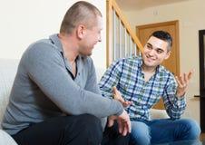 Kompisar som pratar i hemmiljö Arkivbilder