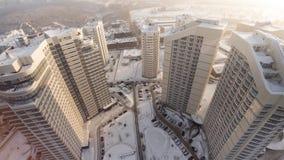 Komplex av bostads- hus för ny lägenhet med balkonger gem Bästa sikt av det lyxiga bostads- komplexet på solnedgången Arkivfoto