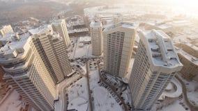 Komplex av bostads- hus för ny lägenhet med balkonger gem Bästa sikt av det lyxiga bostads- komplexet på solnedgången Arkivfoton
