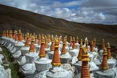 Komplex av 108 buddistritualstrukturer Stupas på backen av sakrala Mount Kailash Royaltyfria Bilder