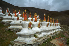 Komplex av 108 buddistritualstrukturer Stupas på backen av sakrala Mount Kailash Royaltyfri Bild