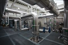 Komplex av den leda i rör industriella värma växten - rörledningar royaltyfri foto