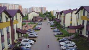 Komplex des Wohngebäudes der modernen Wohnung mit Kinderspielplatz als Anlagen im Freien clip Draufsicht von stock video footage