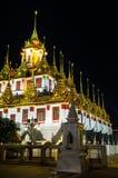 Komplex för buddistisk tempel, Loha Prasat i den Ratchanadda templet på moonless Fotografering för Bildbyråer
