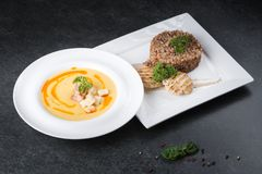 Komplex matställe Bovetehavregröt med diet-kött på en vit platta tjänas som ömt Royaltyfri Bild