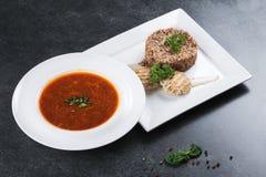 Komplex matställe Bovetehavregröt med diet-kött på en vit platta tjänas som ömt Royaltyfri Fotografi