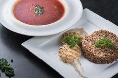 Komplex matställe Bovetehavregröt med diet-kött på en vit platta tjänas som ömt Royaltyfria Bilder
