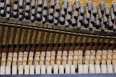 Komplexa gömda mekaniker inom ett piano musikal för 16 instrument arkivbild
