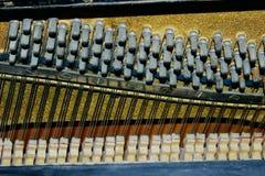 Komplexa gömda mekaniker inom ett piano musikal för 16 instrument royaltyfria bilder