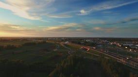 Komplexe Straßenkreuzung Sonniger Tag, Sonnenuntergang Modernes Europa Brummenvon der luftflug der großen Höhe stock video