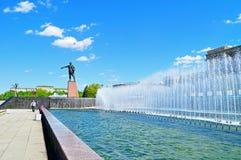 Komplexet av sjungande springbrunnar och monumentet till Lenin på Moskva kvadrerar i solig dag i St Petersburg, Ryssland Arkivfoton
