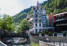 Komplexet för lyxigt hotell som lokaliseras på banken av den Borjomula floden i den Borjomi semesterorten, Georgia royaltyfri fotografi