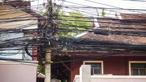 Komplexiteten av kabeltråden på gatan av Samui, Thailand Arkivbilder