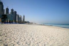 Kompliziertes im Bau des Dubai-Jachthafens durch Strand Stockbild