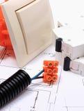 Komponenten für elektrische Installationen und Baudiagramme Lizenzfreies Stockfoto