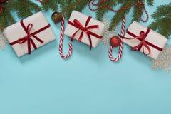 Komponerade den idérika gåvaasken för jul som sloggs in med det röda bandet, packepapper, på blått Lekmanna- lägenhet Top beskåda Royaltyfria Bilder
