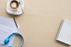 komponować muzyka nutowego odgórnego widok z ręki writing błękitem i kawą Zdjęcia Stock