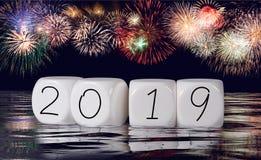 Komposit av fyrverkerier och kalendern för feriebakgrund för nytt år 2019 royaltyfri bild