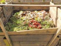 Kompostbehälter im Garten Stockbilder