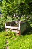 Kompostierung im Garten unter dem Baum Stockbilder