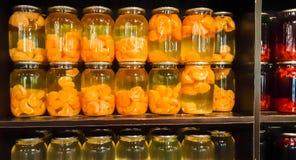 Kompot jagody i jabłka w słojach Kilka Kolorowe puszki kompot na drewnianej półce Selekcyjna ostrość shalna zdjęcie stock