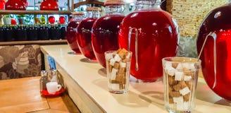 Kompot jagody i jabłka w słojach Kilka Kolorowe puszki kompot na drewnianej półce Selekcyjna ostrość shalna obraz stock