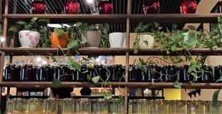 Kompot jagody i jabłka w słojach Kilka Kolorowe puszki kompot na drewnianej półce Selekcyjna ostrość shalna zdjęcie royalty free