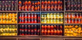 Kompot jagody i jabłka w słojach Kilka Kolorowe puszki kompot na drewnianej półce Selekcyjna ostrość shalna fotografia royalty free