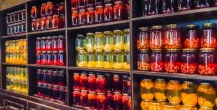 Kompot jagody i jabłka w słojach Kilka Kolorowe puszki kompot na drewnianej półce Selekcyjna ostrość shalna obrazy royalty free