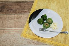 Kompott av gröna fikonträd Läcker efterrätt som tjänas som med ost royaltyfria bilder