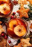 Kompott av torkade frukter och aromatiska kryddor, en traditionell drink under julmatställe Traditionell polsk jul royaltyfri bild