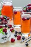 Kompott von Himbeeren, von Erdbeeren und von Blaubeeren Stockbild