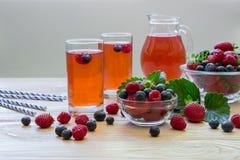 Kompott von Himbeeren, von Erdbeeren und von Blaubeeren Stockfotos