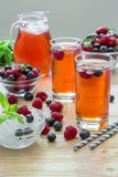 Kompott von Himbeeren, von Erdbeeren und von Blaubeeren Lizenzfreie Stockbilder