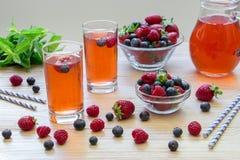 Kompott von Himbeeren, von Erdbeeren und von Blaubeeren Stockbilder