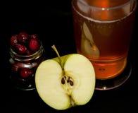 Kompottgetränk gemacht von gefrorenem Kirsch- und der Äpfelgeschmackvollem Sommer Lizenzfreie Stockbilder