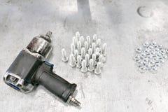 Kompresoru wyrwanie Chromowane śrubowe dokrętki rygle od above - i - Dużo śrubują dokrętki rygle - i - Śrubowe dokrętki rygle róż Obraz Stock
