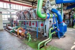 Kompressor- och samlaremaskin i fabrik Arkivfoto