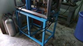 kompressorn för att pumpa syre in i behållare höll i rengöring lager videofilmer