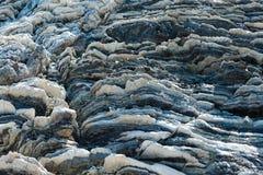 Komprimierte Gesteinsschichtbildung in den verschiedenen Farben und in den Stärken, auf zentraler Südküste vom Mittelmeerislan stockbild