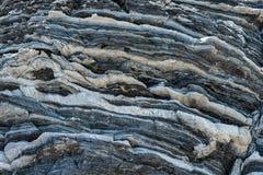 Komprimierte Gesteinsschichtbildung in den verschiedenen Farben und in den Stärken, auf zentraler Südküste vom Mittelmeerislan stockbilder